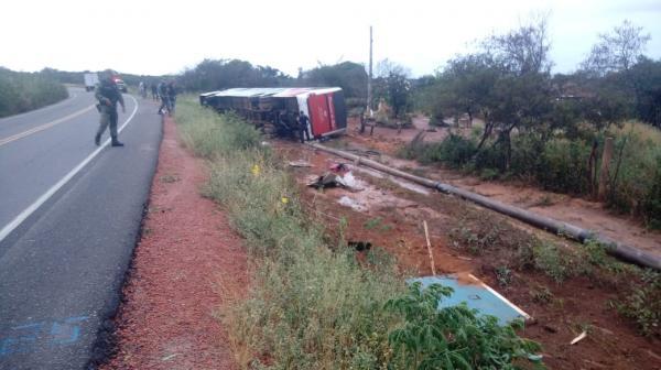Ônibus da Princesa do Sul desce ribanceira e tomba com 15 passageiros