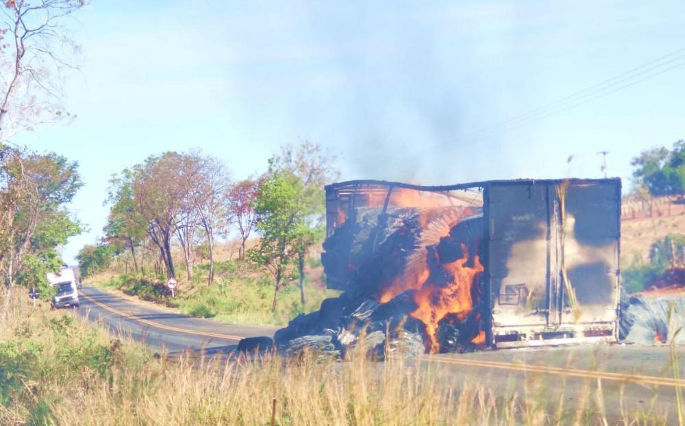 Carreta com algodão pega fogo na BR 135, no Sul do Piauí