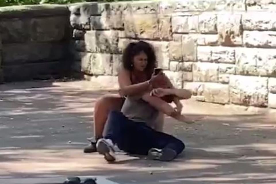 SE A MODA PEGA! Mulher luta com namorado para desbloquear o celular