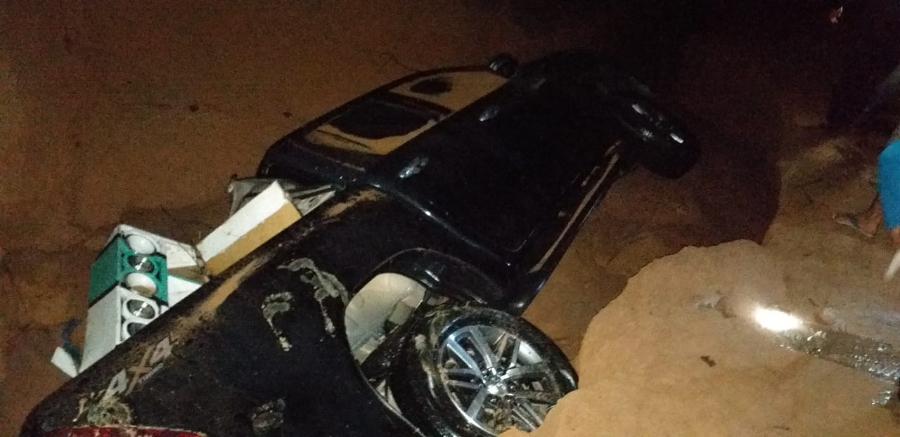 Currais-PI: Barragem rompe, destrói estrada e soterra carros no Sul do Piauí